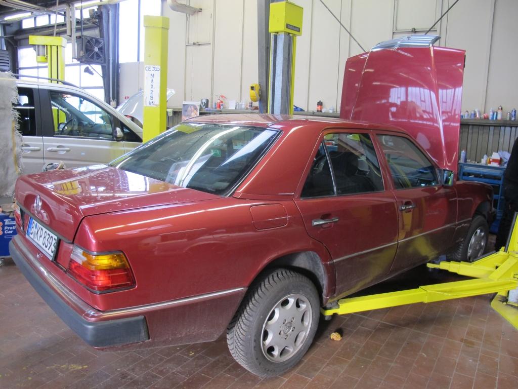 W124 300E Mercedes Seitansicht, geöffnete Motorhaube