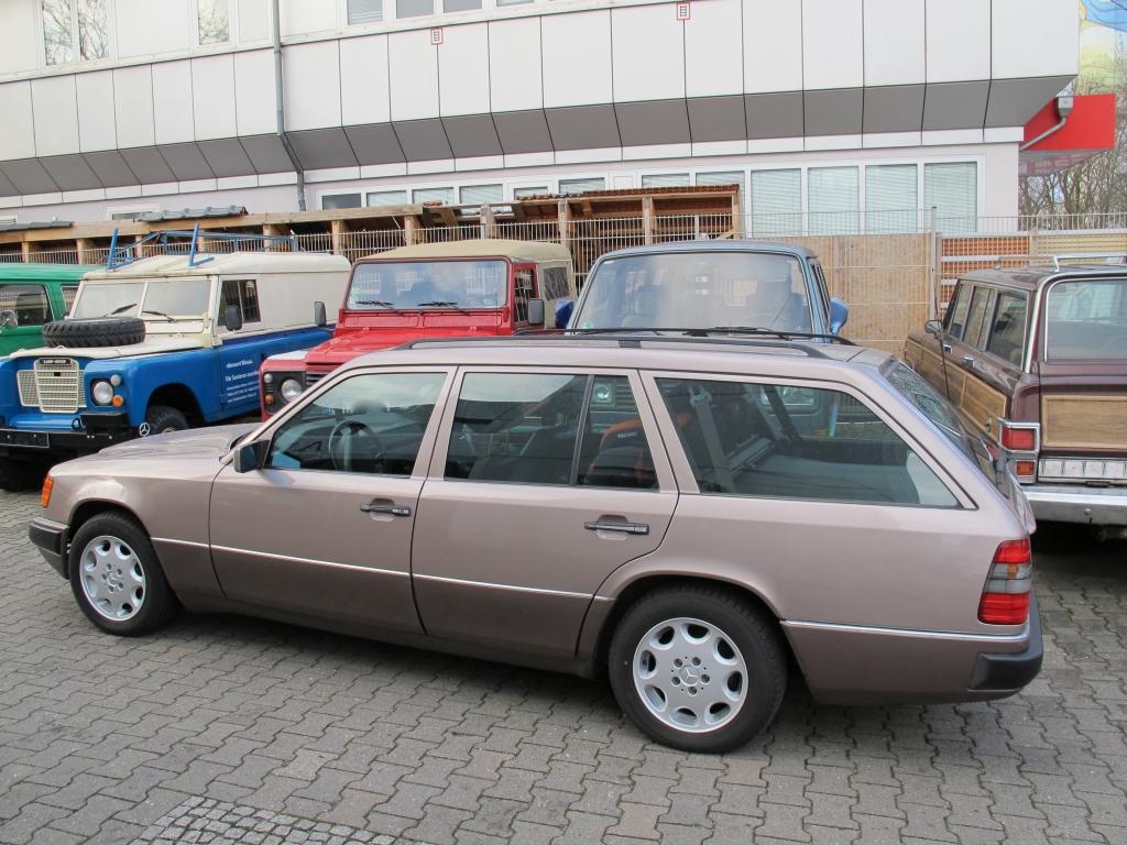 W124 T-Modell Mercedes linke Seitenansicht schräg hinten links
