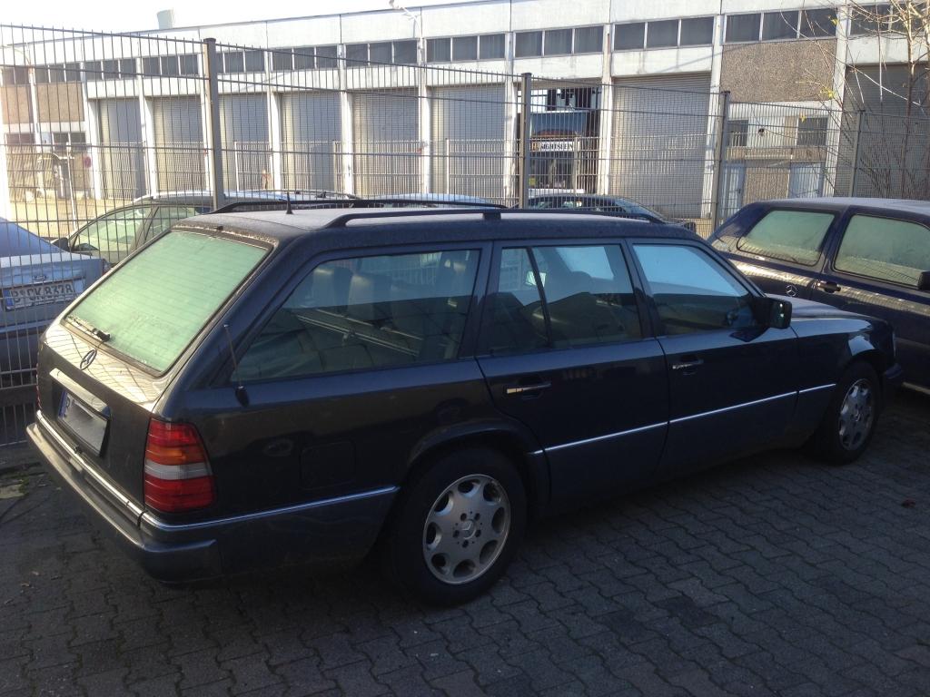 W124 T-Modell Mercedes linke Seitenansicht von hinten rechts