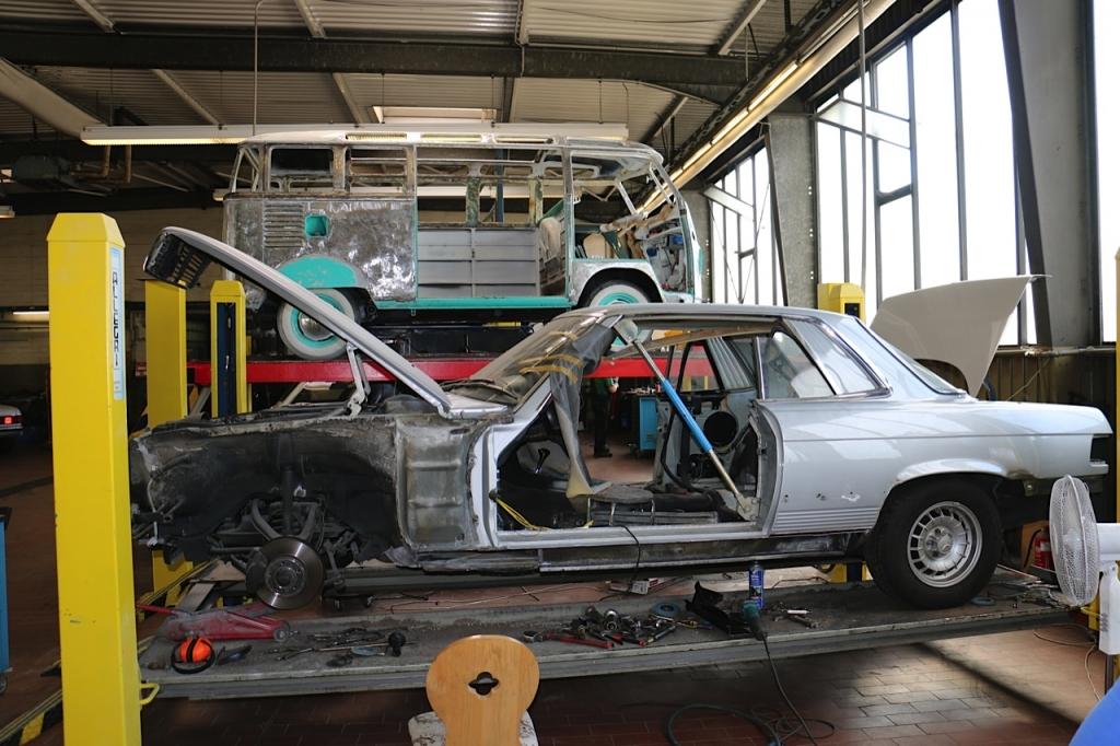 Mercedes-Benz W107 und VW T1 Samba Bus in der Resaturierungsabteilung